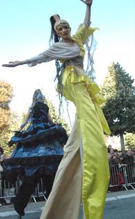 nuité jour echassieres dualite spectacle animation parade bleu et jaune danse crinoline (16)