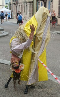 nuité jour echassieres dualite spectacle animation parade bleu et jaune danse crinoline (8)