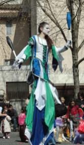saltimbanques echassiers parade animation fous du roi colores festifs jongleurs acrobates (7)