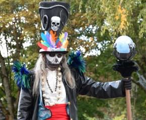 Mysterious voodoo echasses halloween walibi parade dia de los muertos vaudous (32)