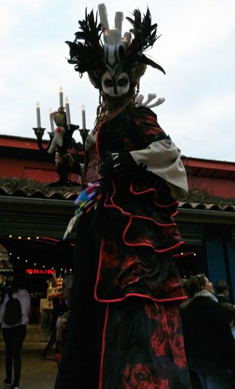 Mysterious voodoo echasses halloween walibi parade dia de los muertos vaudous (93)