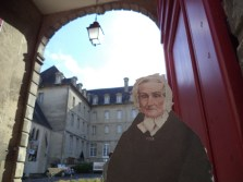 Flat Agnes at the entrance to see the Bayeux Tapestry