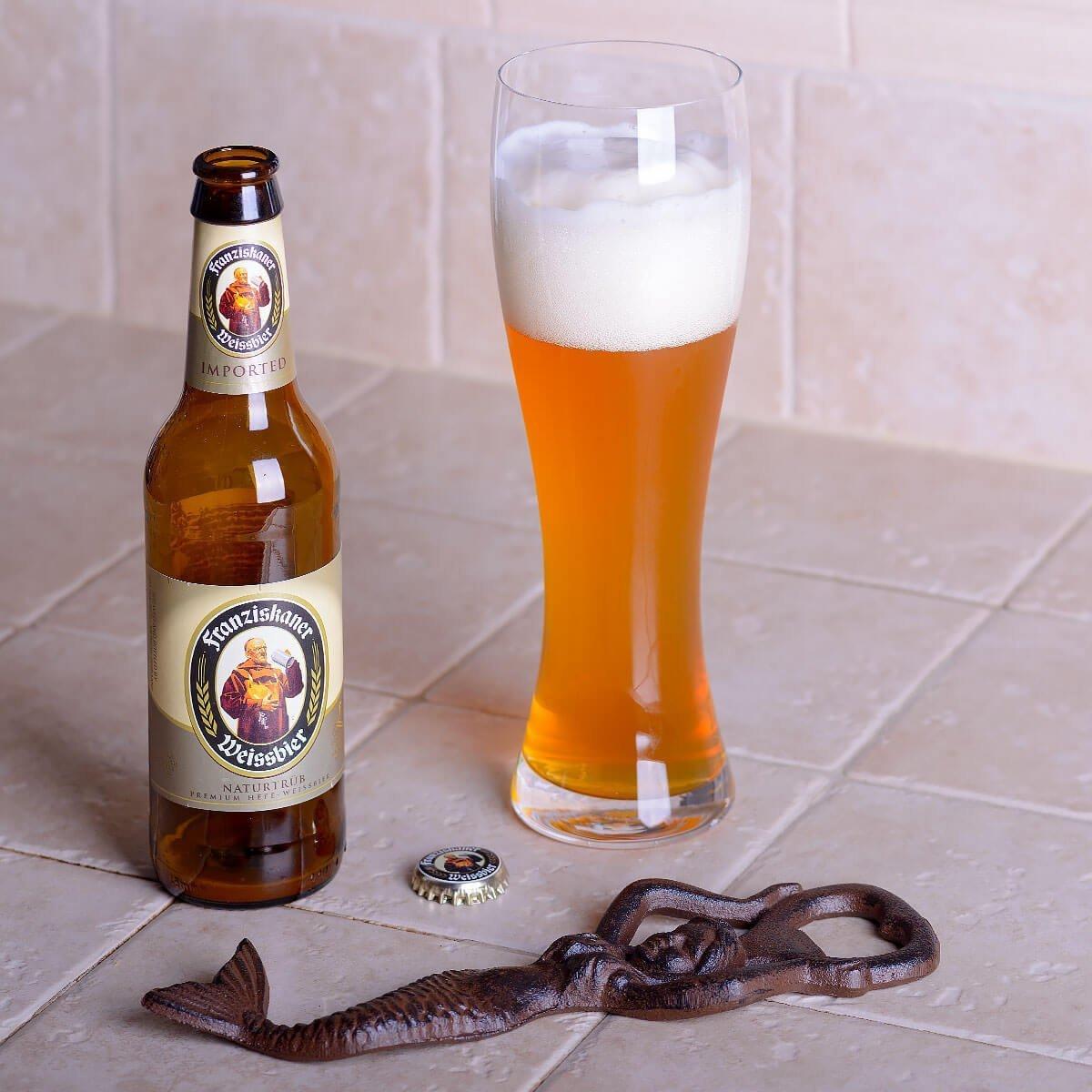 Franziskaner Hefe-Weisse is a Hefeweizen brewed by Spaten-Franziskaner-Bräu that blends tart citrus and clove with banana and doughy bread.