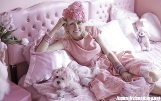 Kitten Kay Sera la signora in rosa con il suo cane Kisses