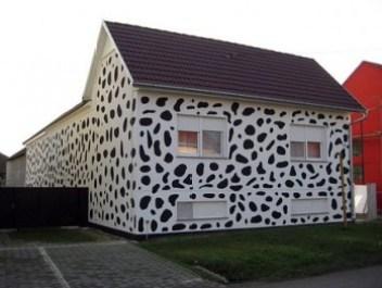 Dipingono la casa color dalmata per ricordare il cane morto