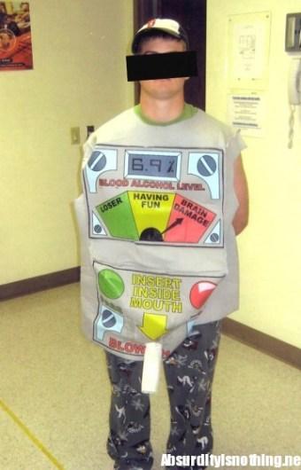 Ragazzo vestito da test anti alchool arrestato per guida in stato di ebrezza