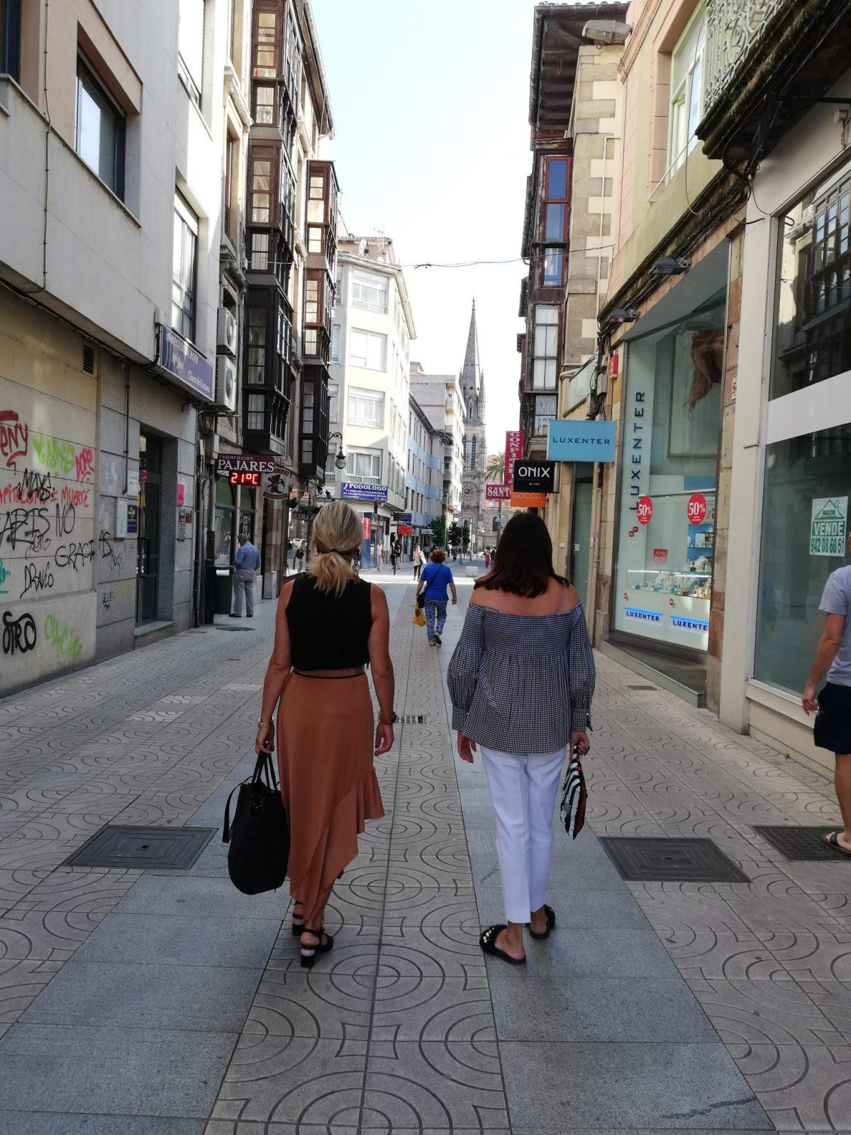 abuela a la ultima con una amiga caminando por su ciudad