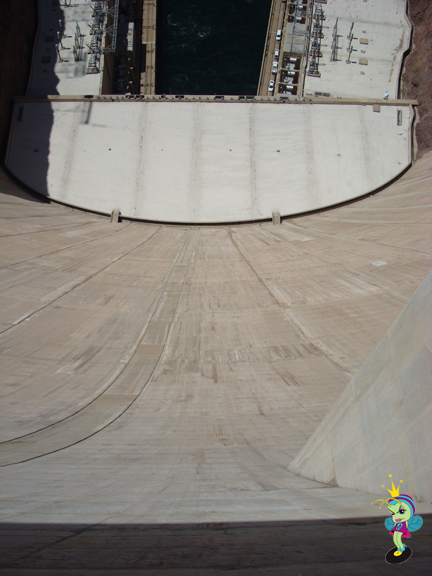 looking strait down the bowl of the dam (this makes your tummy tickle)