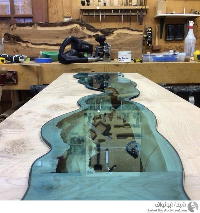 منحوتات لأنهار زجاجية وسط طاولات خشبية 9