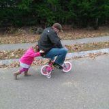 الأب يركب علي دراجة إبنته