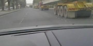 متهور سعودي يعبر بسيارته من تحت شاحنة