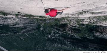 متهور يتسلق منحدر بدون معدات سلامة