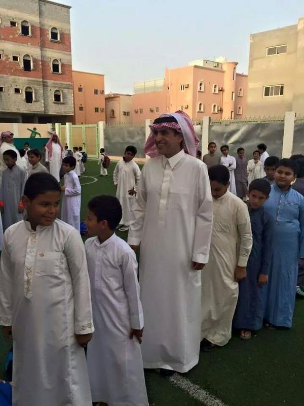 وزير التعليم يشارك في طابور الصباح بإحدى مدارس جازان
