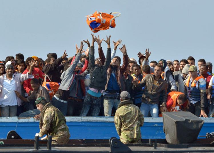 سفينة تابعة لـ HMS Bulwark من مشاة البحرية الملكية تُنقذ مجموعة من المهاجرين الغير شرعيين ممن تقطعت بهم السبل على متن قارب يبعد قرابة 30 ميلا بحريا عن الساحل الليبي.