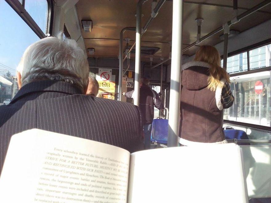 قراءة الكتب في الباصات