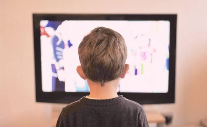 النظر إلى التلفاز 1209205