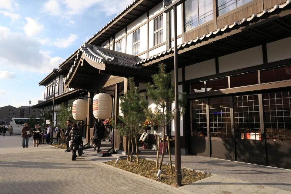 平安神宮にオープンした商業施設「十二十二(トニトニ)」の外観