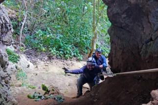 Com apenas 80 metros de corda, fizemos a descida em duas etapas.
