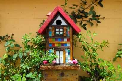 Tem pássaros vivendo nestas casas feitas de material reciclado.