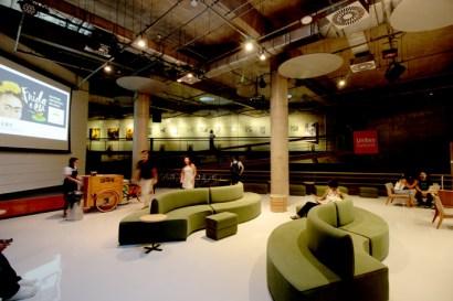 Lounge e galeria da Unibes Cultural.