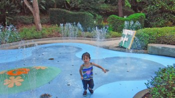 Tem lago e chafariz em Disney Springs.