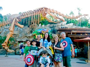 A Família Aventureira no restaurante T-Rex.