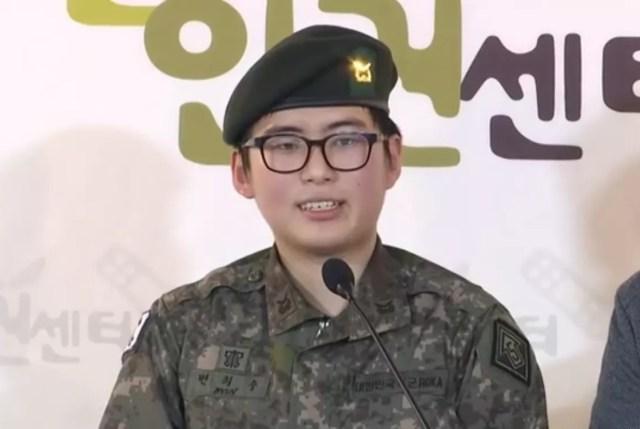 Sargento Byun Hee-Soo en una conferencia de prensa