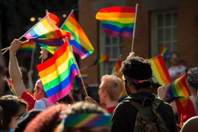 Escena de Pride en Nueva York.  muchas banderas arcoiris