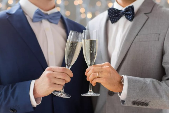 Dos hombres se casan.  tienen vino espumoso