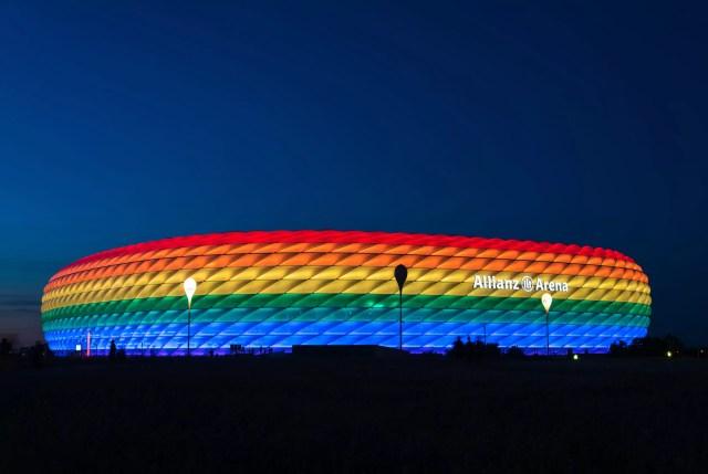MUNICH, ALEMANIA - 9 DE JULIO DE 2016: Allianz Arena iluminada con luz de arco iris en Christopher Street Day