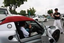 パートのお姉さんも参加できなかった旦那さんの代わりにELISEをドライブ。同じELISEオーナーのY.W.さんが記念撮影。Photo:F.H.