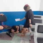 Mãe diz que filha foi obrigada a deitar no chão de hospital por demora no atendimento