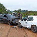 Acidente entre dois carros deixa uma pessoa morta e outra ferida na estrada do Bujari