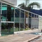 Temporal danifica vidraça frontal de edifício onde reside Gladson