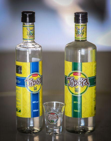 """Novas embalagens têm cachaça com teor alcoólico de 40% e 48%, ideias para drinks ou beber """"pura"""""""