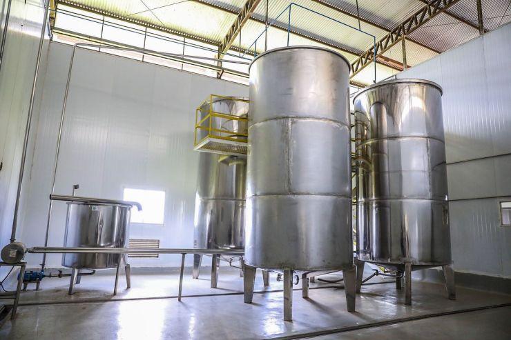 Fábrica possui tanques internos em inox de 5 e 10 mil litros no processo de produção da cachaça Jibóia