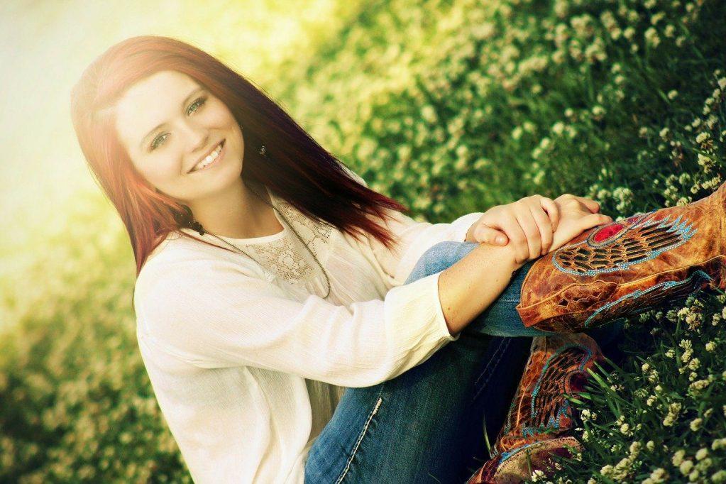 girl pose, sitting, smile
