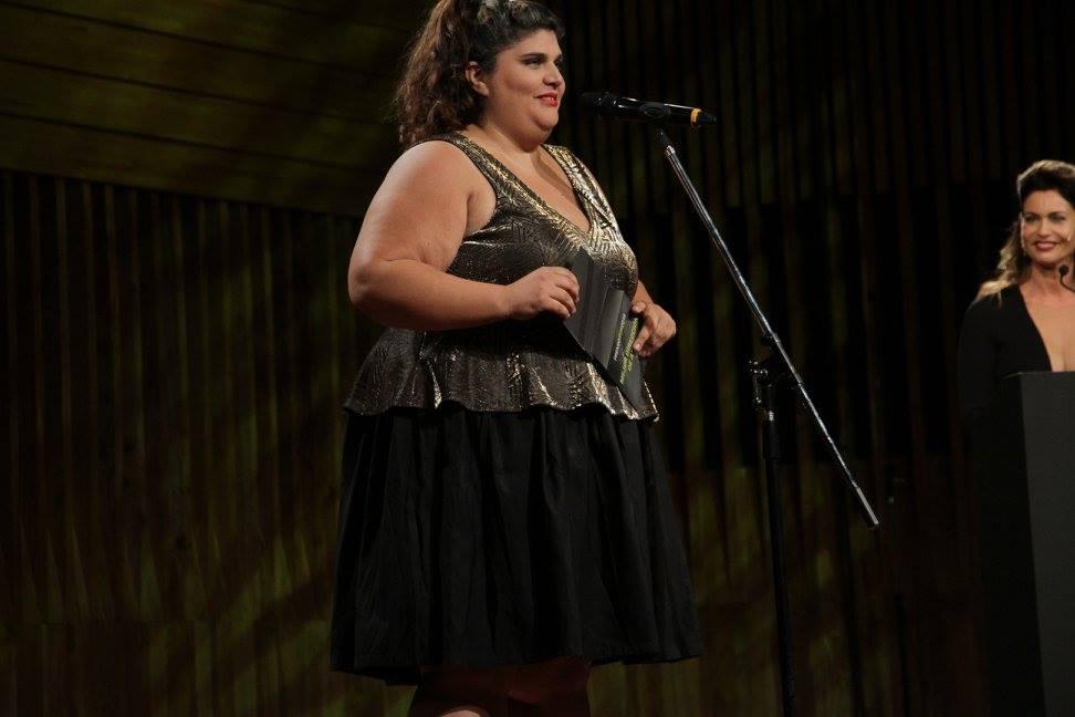 Maruja Bustamante presenta el premio a Mejor Dirección de Arte