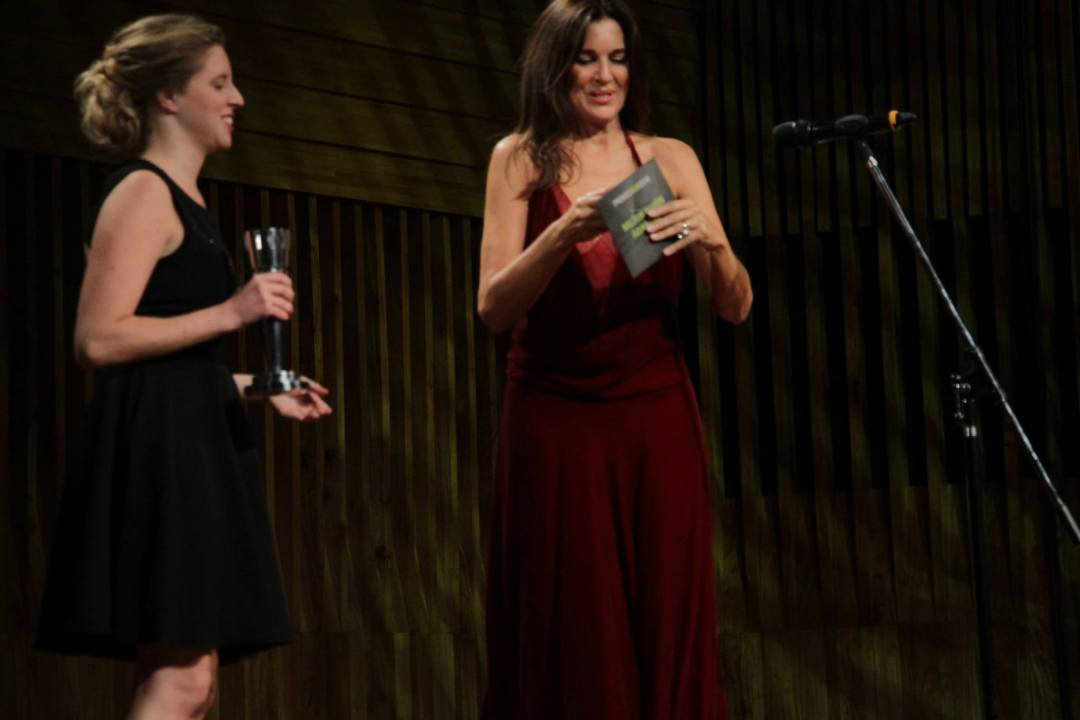 Andrea Frigerio presentando el rubro Mejor Guión Adaptado