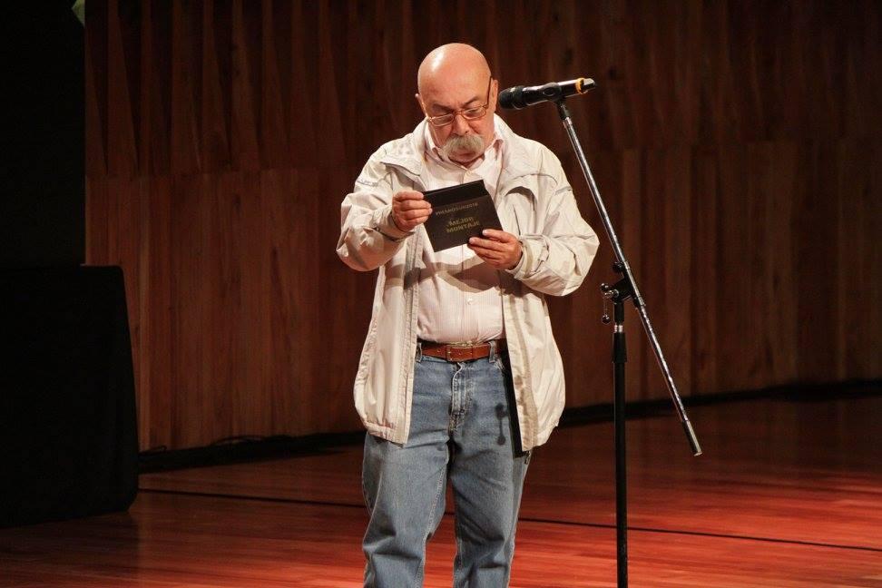 El editor Juan Carlos Macías, en nombre de SAE, entrega el premio a Mejor Montaje