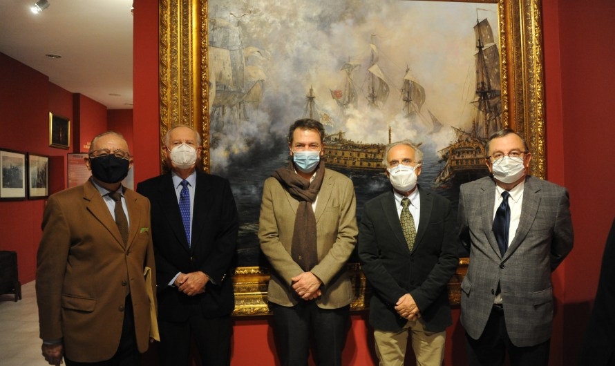 La Academia acompaña al pintor Ferrer-Dalmau en su visita al Museo Naval tras la llegada de 'El último combate del Glorioso'