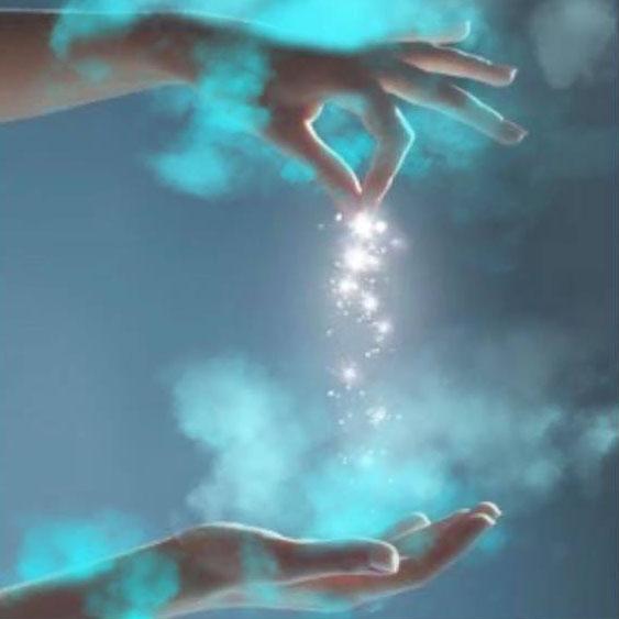 représentation de 2 mains , l'une au dessus de l'autre, poussière de lumière descandant de celle au dessus vers celle en dessous
