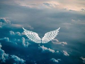 représentation d'un ange volant dans le ciel au dessus des nuages