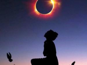 représentation d'une femme regardant une éclipse solaire