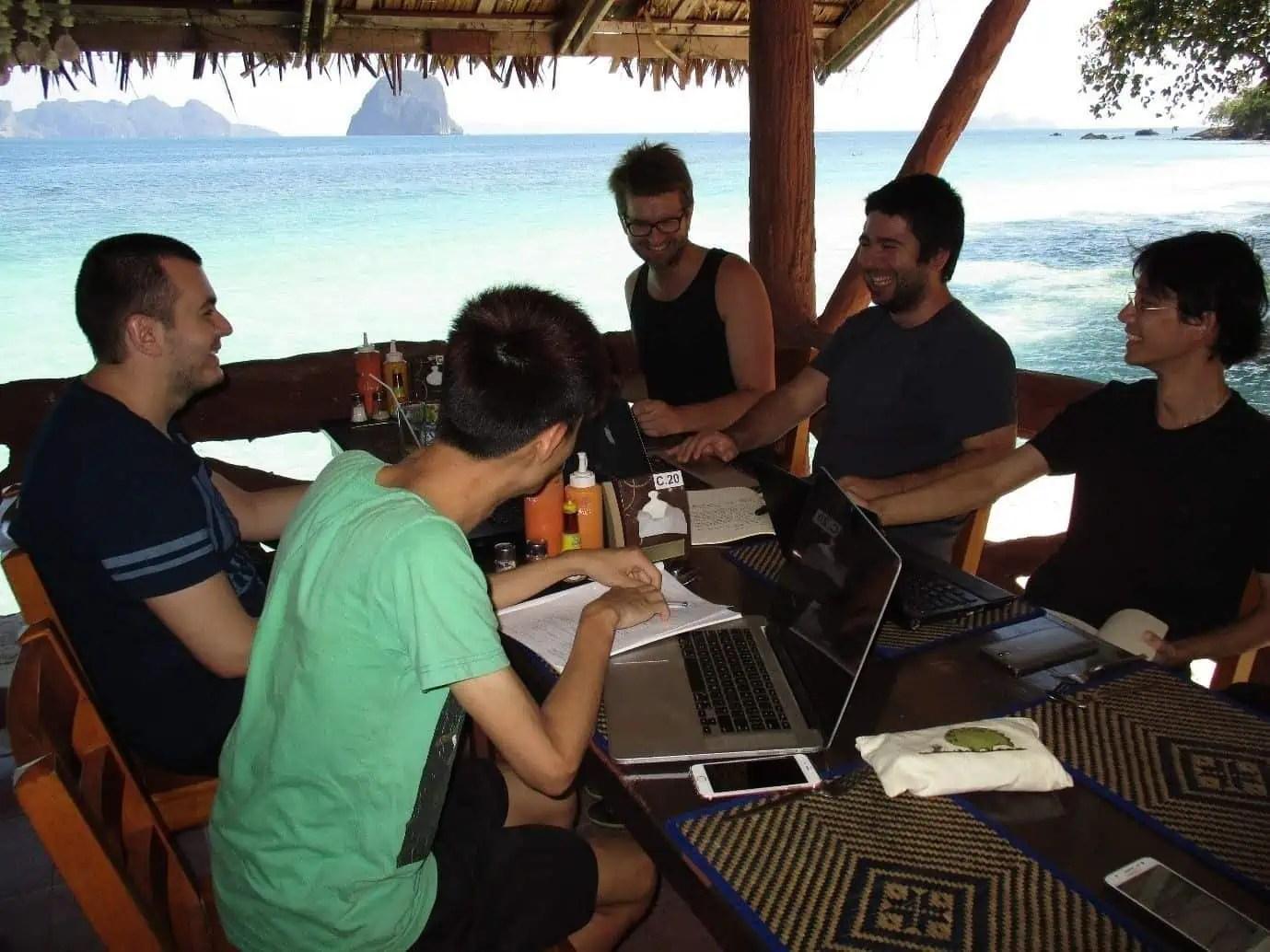 l'équipe de l'Interaction Design Foundation sur une île de Thaïlande