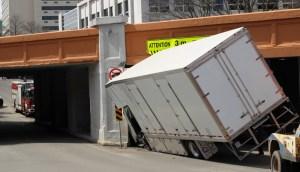 Moncton: un camion encastré sous un viaduc