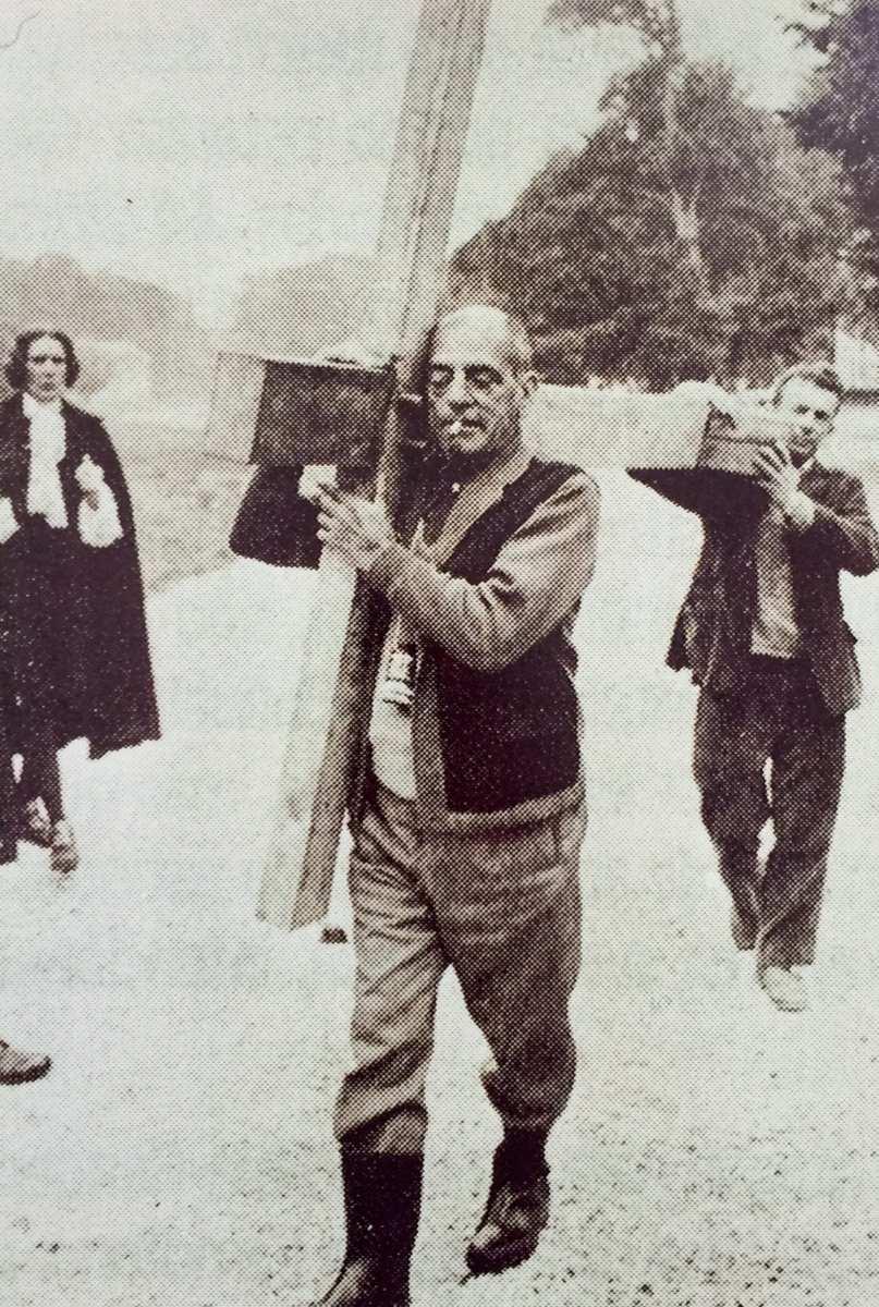 Luis Buñuel llevando una cruz