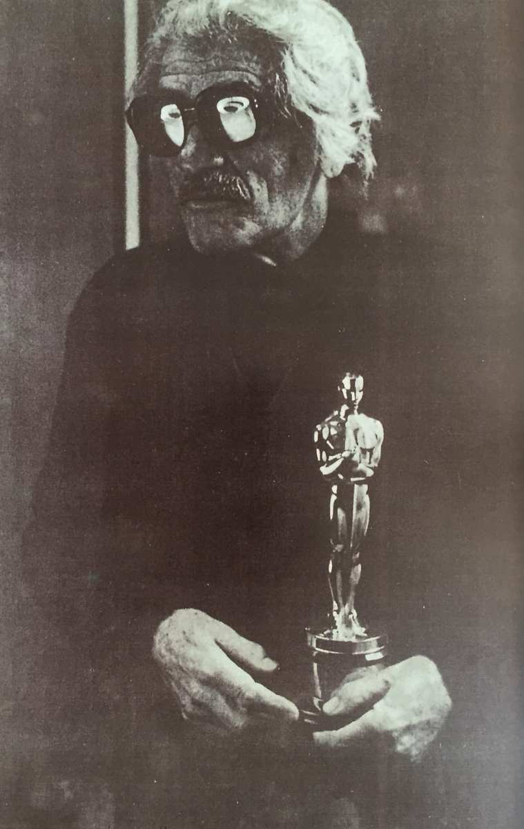Luis Buñuel con su Óscar