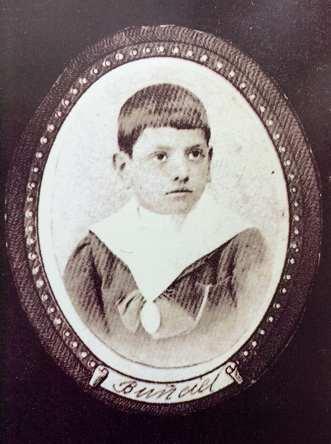 Luis Buñuel vestido en la Congregación de María de los Jesuitas, con la medalla de la Inmaculada Concepción, 1.908