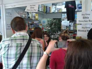 Silvia Sánchez Rog firmando ejemplares de El señor de Cuenca que pulsó un botón y desapareció y otras historias